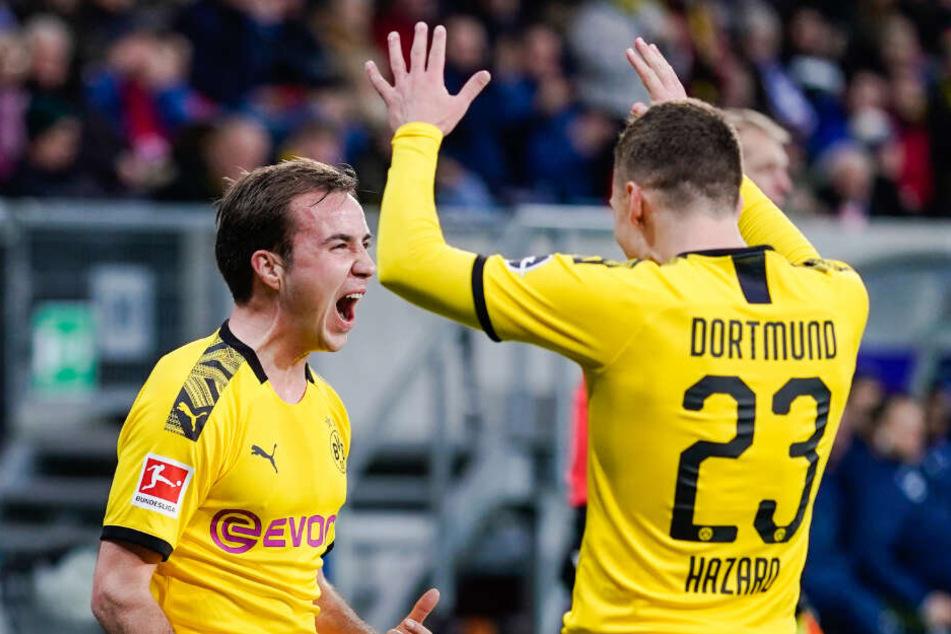 Am letzten Hinrundenspieltag durfte Mario Götze noch einmal von Beginn an spielen, jubelt hier mit Thorgan Hazard über den Dortmunder Führungstreffer.