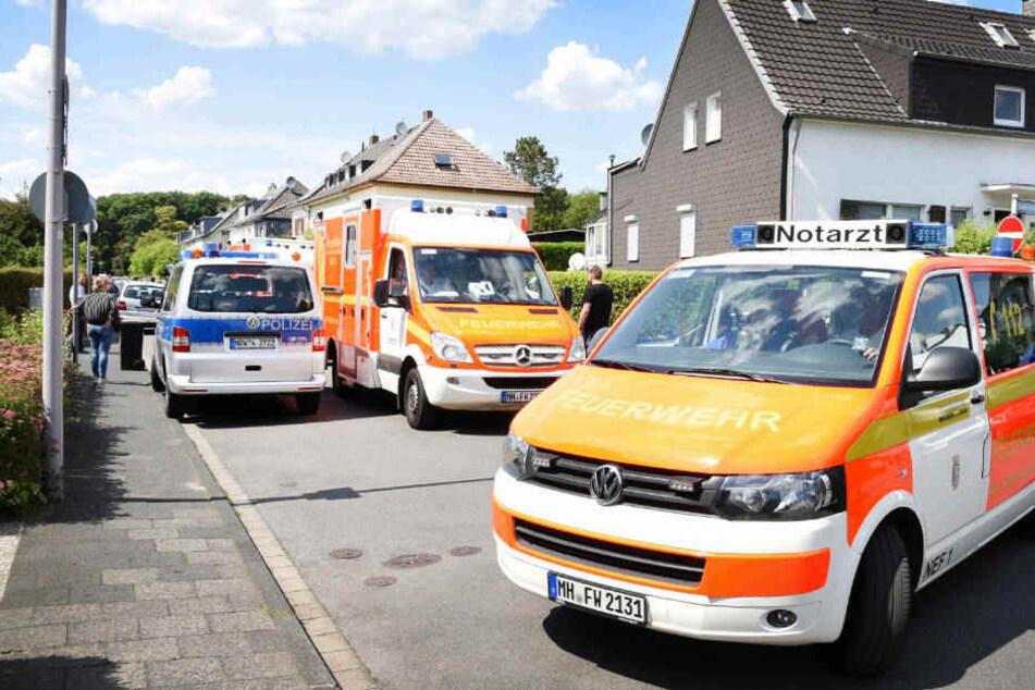 Rettungsfahrzeuge vor der Wohnung in Mülheim an der Ruhr, in der die drei Toten gefunden wurden.