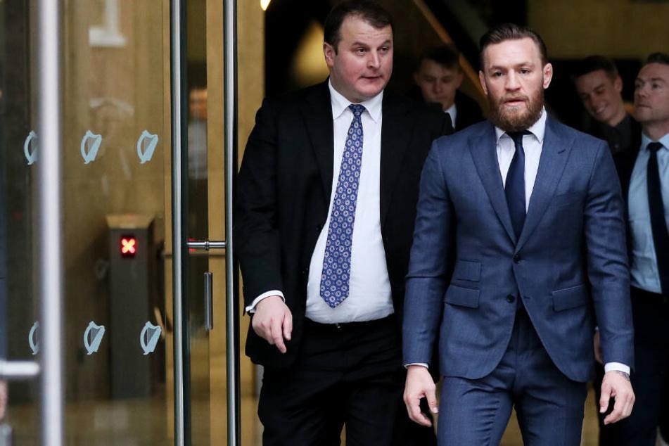 Mixed-Martial-Arts-Kämpfer McGregor (31) verlässt das Amtsgericht in Dublin.
