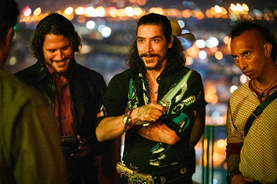 Sie führen den Ring der Menschenhändler an: Hugo (l., Sergio Peris-Mencheta) und Victor Martinez (M., Oscar Jaenada) sind für Rambo harte Gegner.