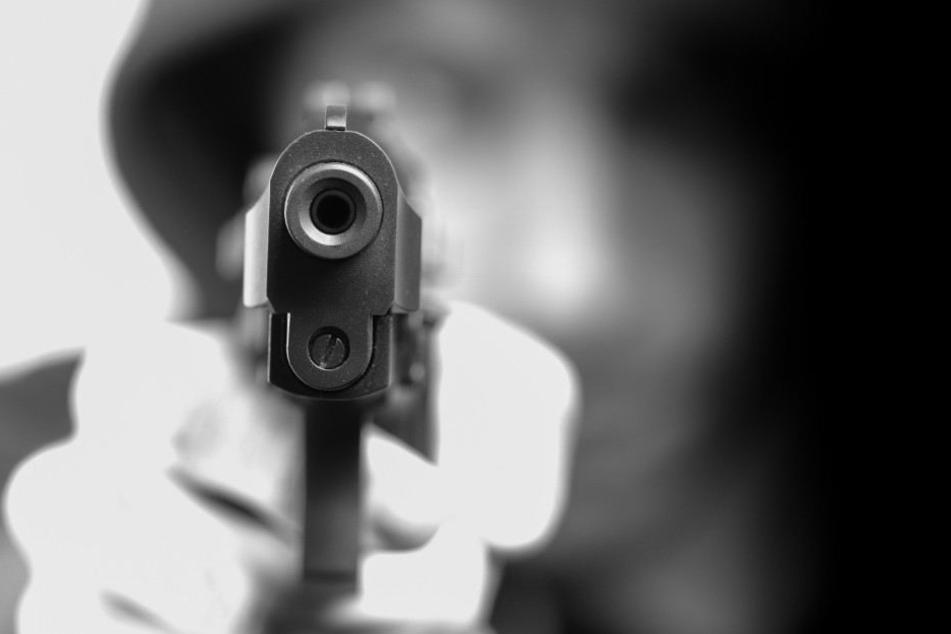 Mit einer Pistole wurden die Mitarbeiterinnen bedroht. (Symbolbild)