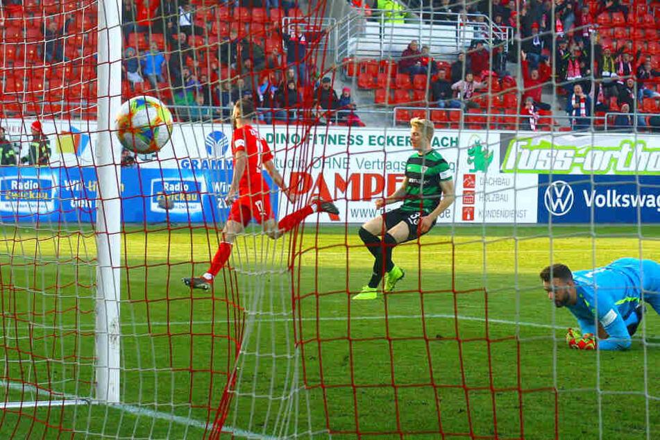 Eins seiner bislang vier Saisontore! Morris Schröter (l.) hat im Spiel gegen den SC Preußen Münster getroffen und dreht jubelnd ab.