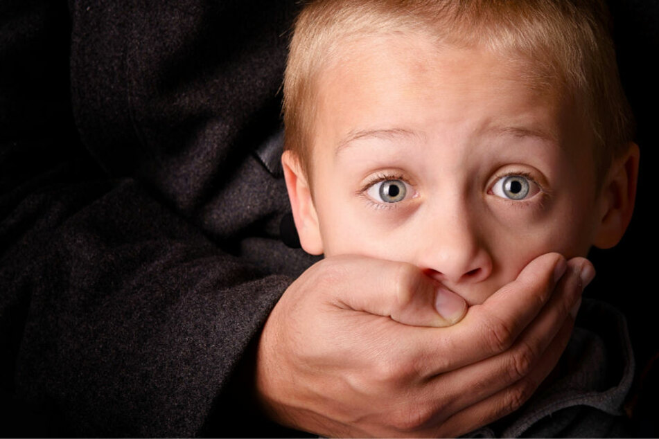 Über 20 Jahre hinweg soll der Mann Jungen zwischen zehn und 15 Jahren missbraucht haben (Symbolbild).