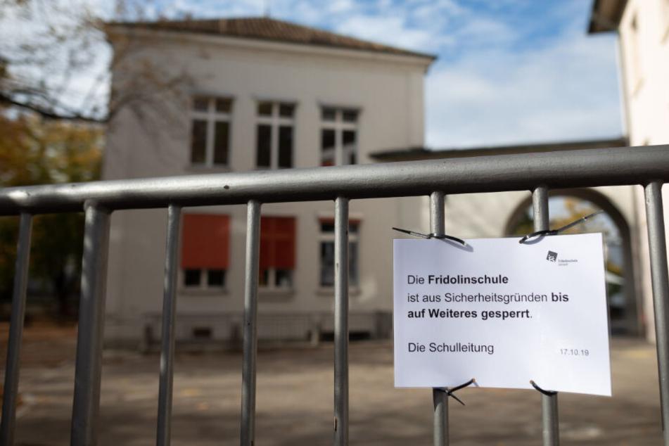 Ein Schild weist auf die Sperrung der Schule hin.