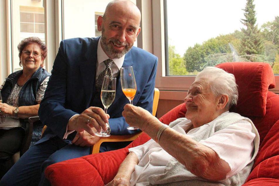 Bautzens Oberbürgermeister Alexander Ahrens stößt mit Anna Cernohorsky auf ihren 110. Geburtstag an.