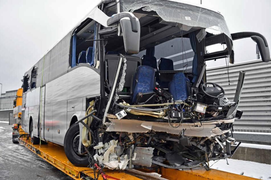 Der Bus auf dem Weg nach Düsseldorf wurde bei dem Unfall bei Zürich schwer beschädigt.