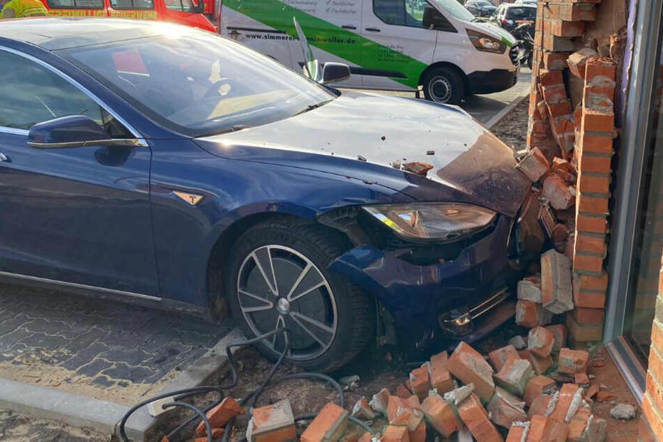 Der Tesla ist gegen die Hauswand gekracht.