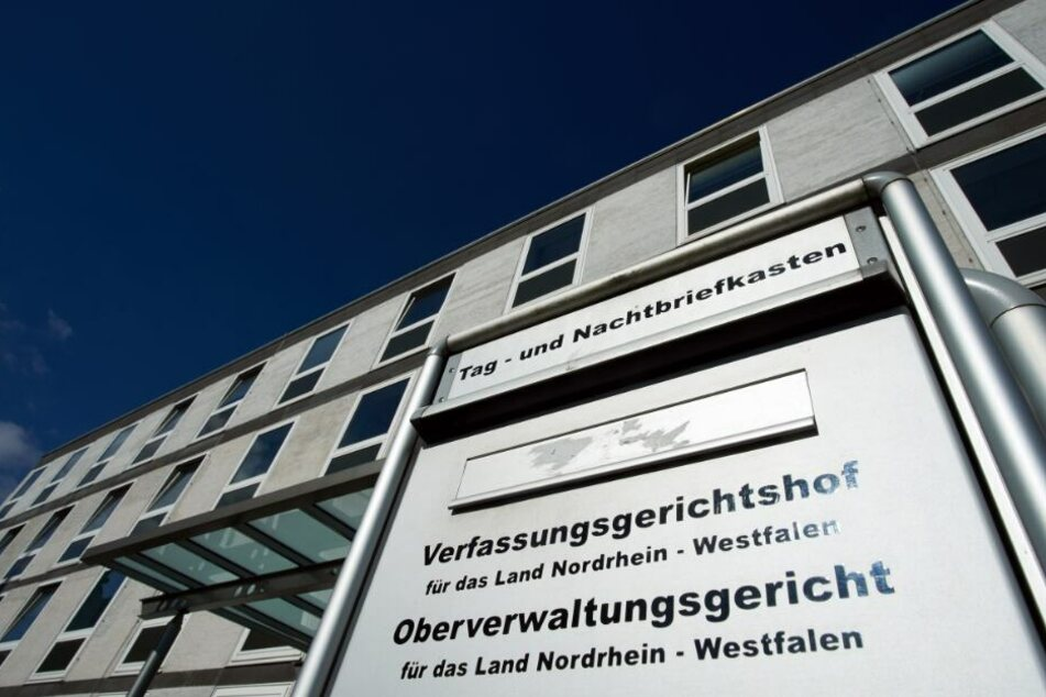 Vor dem Oberverwaltungsgericht in Münster die Angehörigen für Gerechtigkeit.