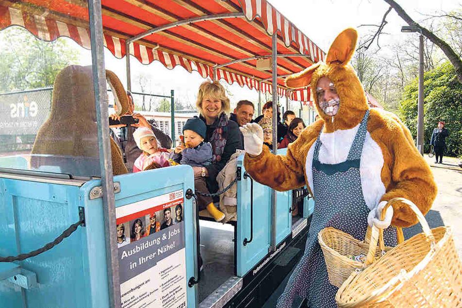 Der Osterhase und seine Frau begrüßten und beschenkten die Fahrgäste der Parkeisenbahn.