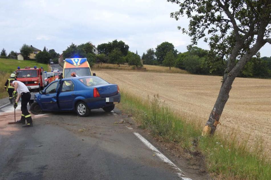 Die Fahrerin kam von der Straße ab, das Auto prallte gegen einen Baum.