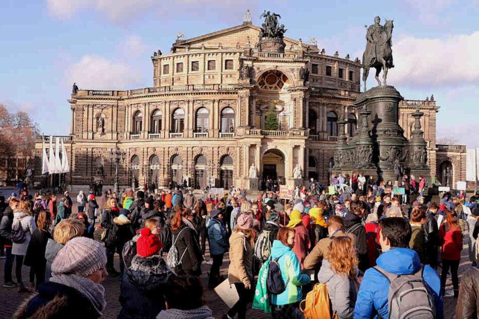 Die Protestler trafen gegen 13 Uhr zusammen.