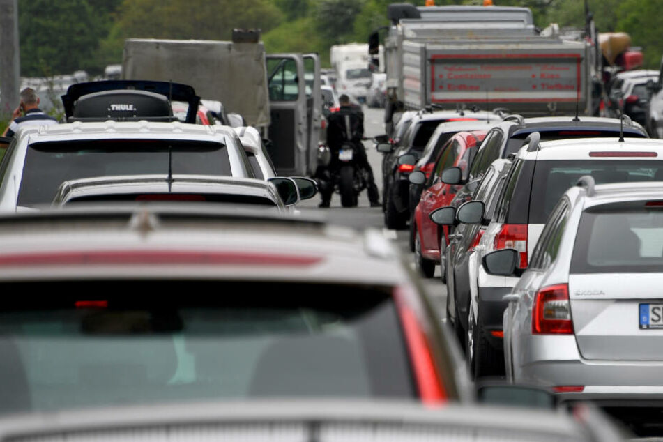 Autos stehen in einem Stau auf der A215: Am Wochenende ist hier streckenweise gar kein Durchkommen mehr.