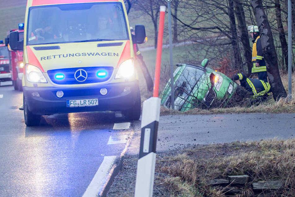 Der Skoda landete im Straßengraben. Der Fahrer flüchtete vom Unfallort.