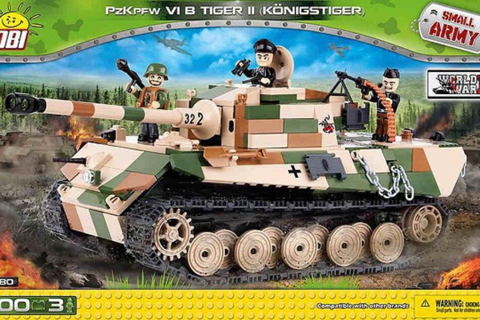"""Nicht nur der Plastik-Nachbau des Panzers """"Tiger II"""" ist sehr umstritten."""