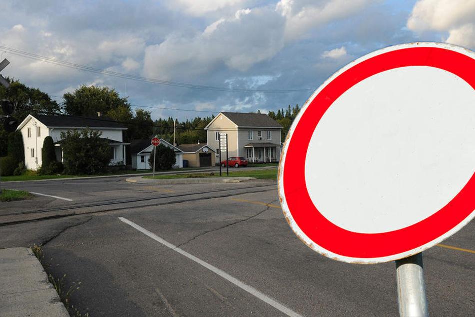 Die B180 muss an einem Bahnübergang komplett gesperrt werden. (Bildmontage)