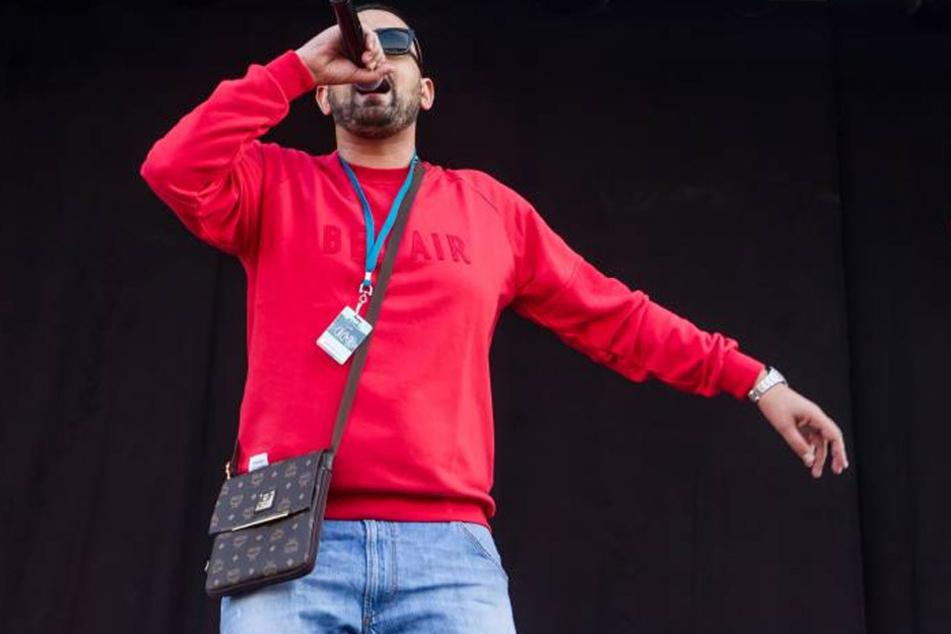 Rapper Haftbefehl (31) auf der Bühne. Seit 2010 mischt der Kurde die deutsche Szene auf.