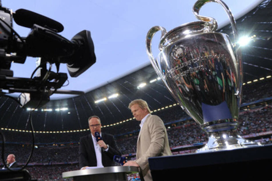 TV-Experte Oliver Kahn und TV-Moderator Oliver Welke in der Allianz Arena. Solche Bilder fallen ab 2018 wohl weg.