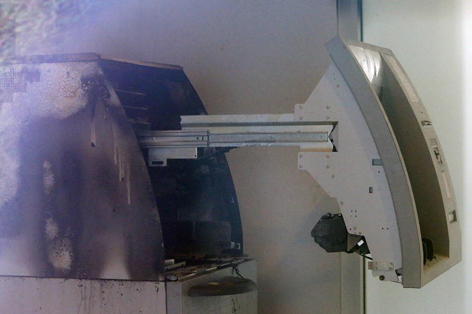 Die Verkleidung des Automaten ist zerstört, der Tresor wurde dabei nicht beschädigt.