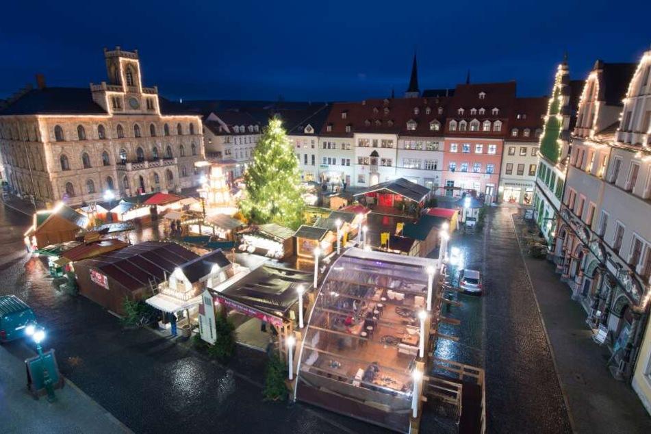 Die Buden und Stände am Theater- und auf dem Marktplatz machen in Weimar als Wintermarkt noch bis Sonntag weiter. (Archivbild)