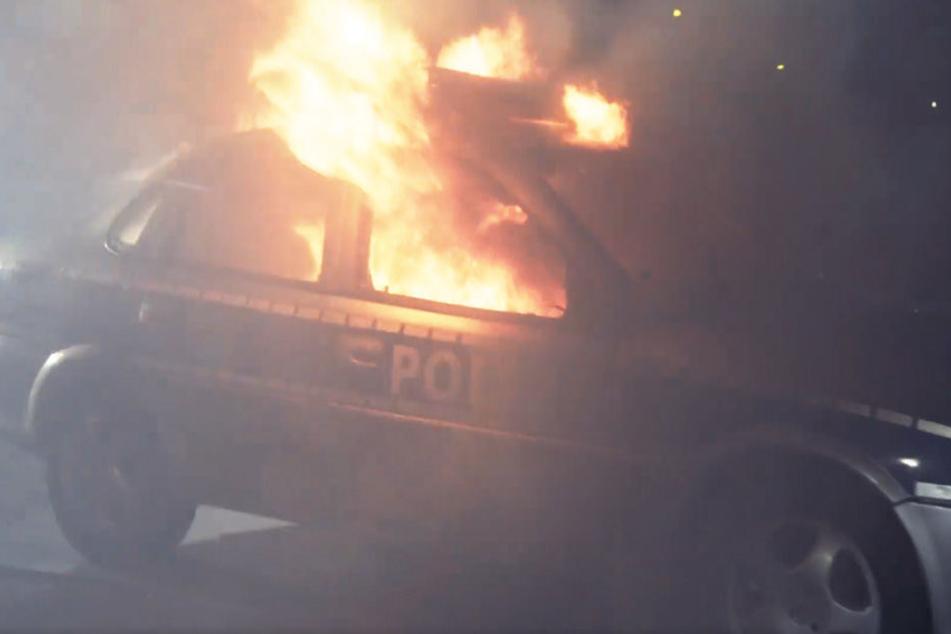 Studenten zünden Polizeiauto an und veröffentlichen es auf Facebook
