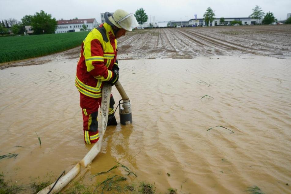 Die Feuerwehr unter Wasser stehende musste Felder abpumpen.