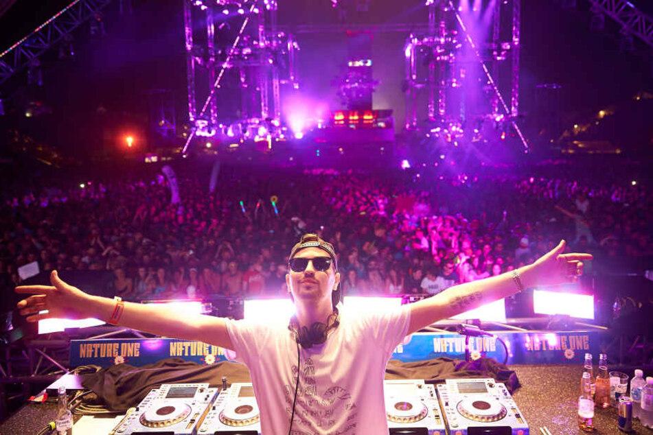Robin Schulz bei einem Technofestival. DJ-Größen wie Steve Aoki, Robin Schulz und The Disco Boys sowie Rapper Ice-T legen am Wochenende in Düsseldorf beim WorldClubDome auf.