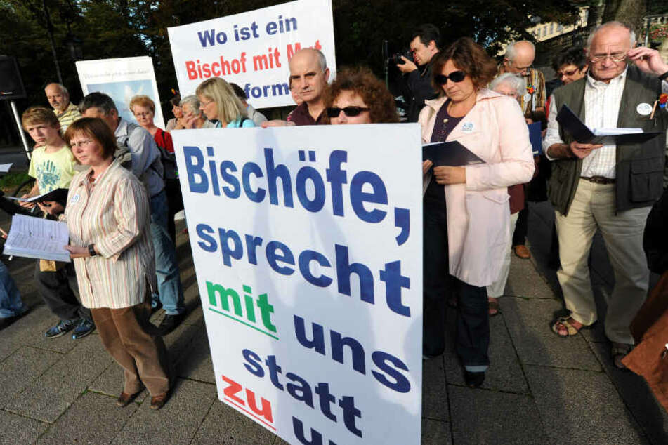 Fulda, 2010: Demonstranten fordern die Entkoppelung von Zölibat und Priesteramt.