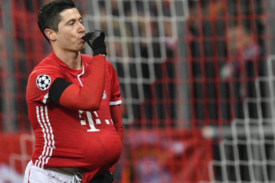 Lewandowski lutschte am Daumen und steckte den Ball unter das Trikot.