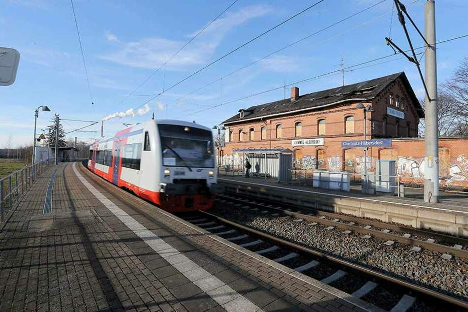 Die Erzgebirgsbahn, derzeit zwar mit Triebwagen der Citybahn unterwegs, hält seit vier Jahren nicht mehr in Chemnitz-Hilbersdorf. Politiker fordern nun, den Stopp wieder einzulegen, um den Nahverkehr von und ins Gebirge attraktiver zu machen.