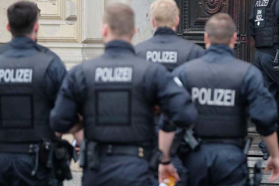 Polizisten überwältigen den Mann (Symbolfoto).