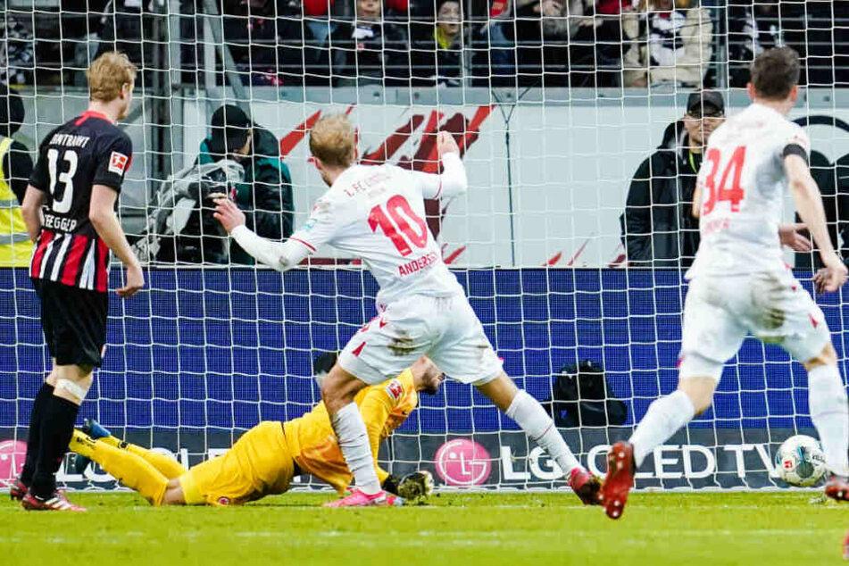 Berlins Sebastian Andersson (M) schießt an Frankfurts Torwart Kevin Trapp vorbei das Tor zum 0:2.