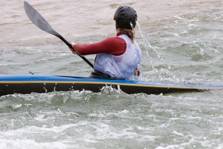 Ein Kanu-Fahrer hat einer Schwimmerin im Rhein vermutlich das Leben gerettet (Symbolbild).
