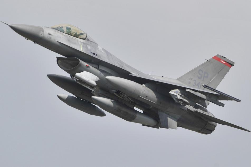 Schock auf der Landebahn: Militärjet bei Landung mit Laserpointer geblendet