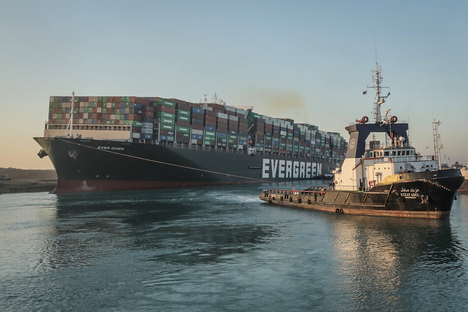 """Das im Suezkanal auf Grund gelaufene Containerschiff """"Ever Given"""" ist nach einer tagelangen Blockade teilweise freigelegt worden."""