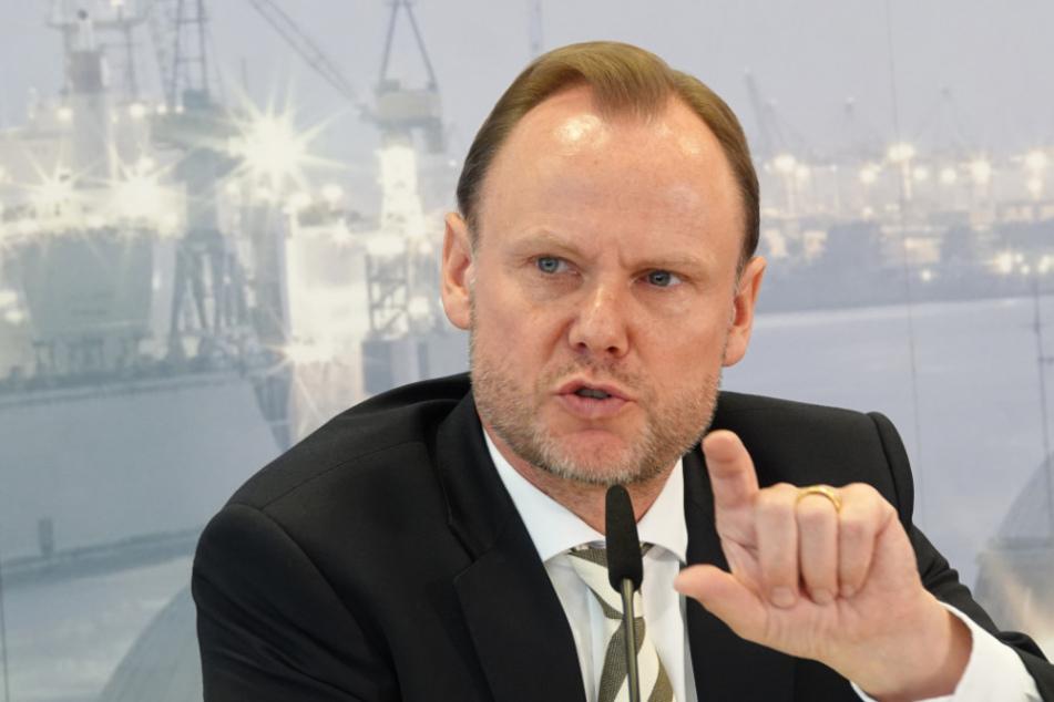 Der Innensenator von Hamburg, Andy Grote (SPD), gestikuliert während einer Pressekonferenz.