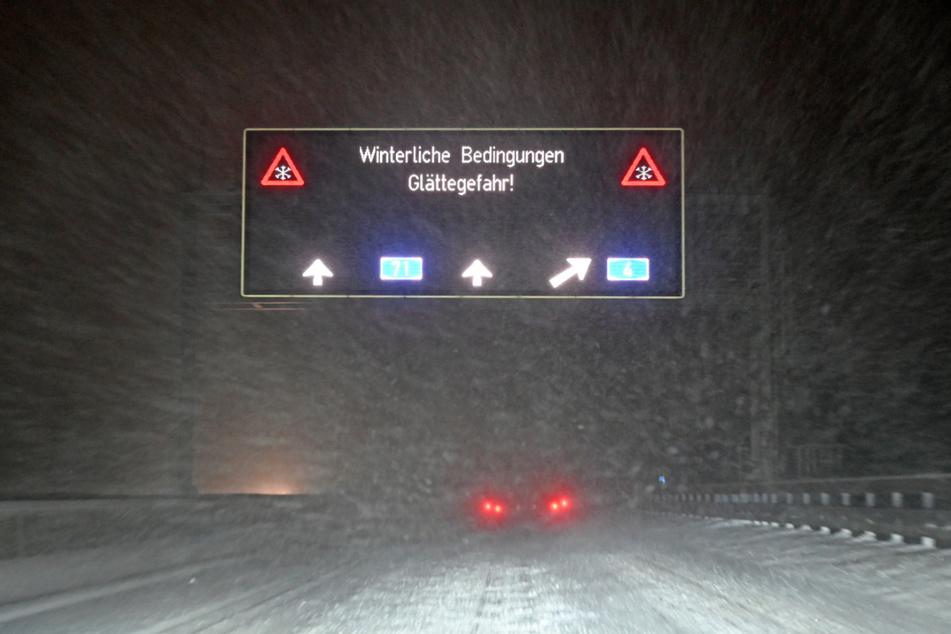 Schneemassen haben zu vielen Unfällen auf Thüringens Straßen geführt. Die Stadt Neuhaus am Rennweg meldet inzwischen über 50 Zentimeter Schneehöhe.