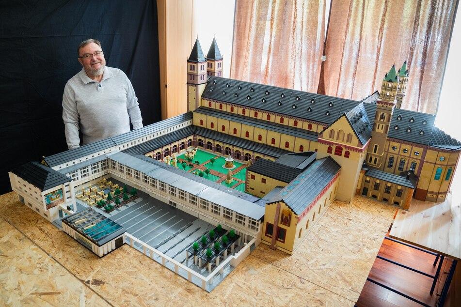 Rentner baut Dom aus Millionen von Lego-Steinen nach und hat wichtige Botschaft