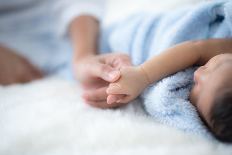 Ein DNA-Test brachte ans Licht, dass der Vater eines kurz nach der Geburt verstorbenen Babys ein 71-jähriger Mann ist. Die Mutter ist mit 13 Jahren selbst noch ein Kind. (Symbolbild)