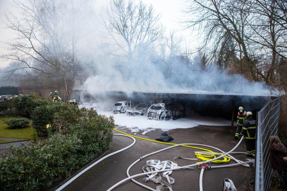 Großeinsatz der Feuerwehr: Carport und mehrere Autos stehen in Flammen