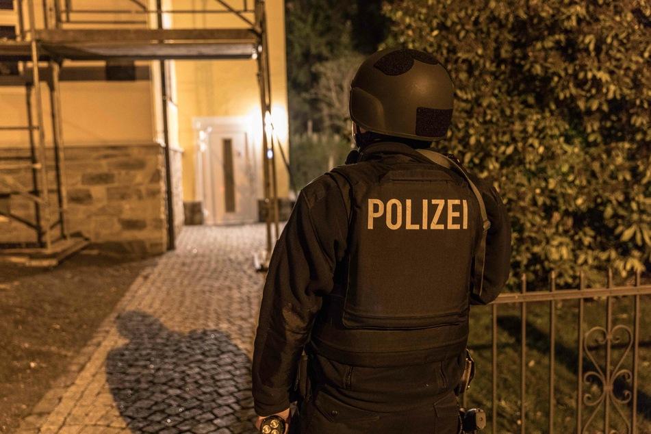 Die Polizei vermutet einen erweiterten Suizidversuch. Eine Nachbarin bezweifelt das.