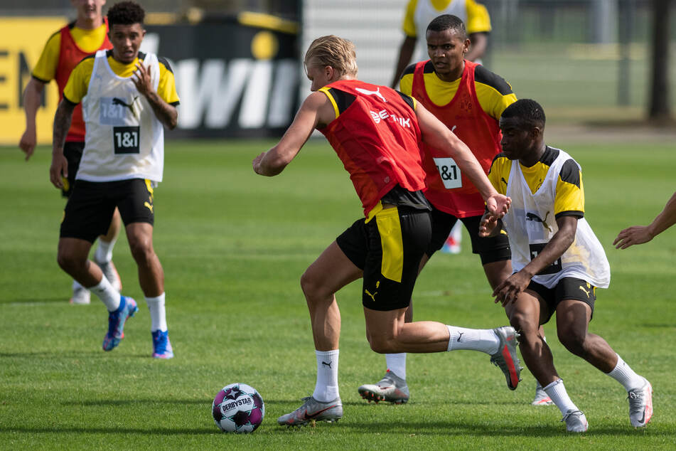 Im Sommertrainingslager durfte Moukoko (r., im weißen Leibchen) schon bei der ersten Mannschaft des BVB mitspielen.