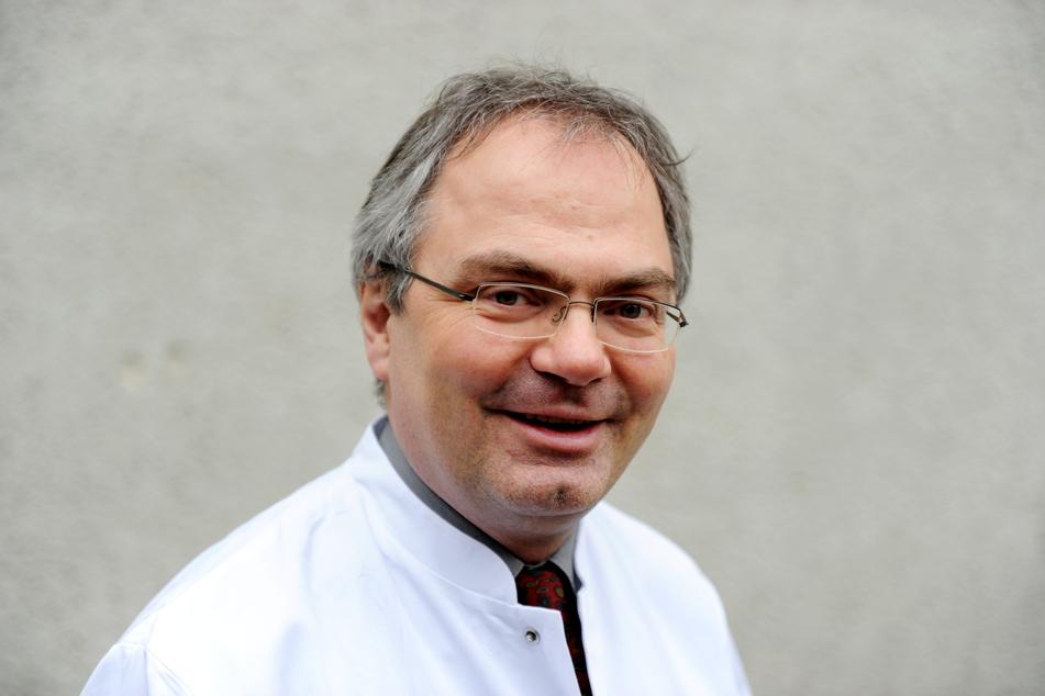 Der Virologe Helmut Fickenscher, Leiter des Instituts für Infektionsmedizin am Universitätsklinikum Schleswig-Holstein, steht in Kiel in einem Labor.