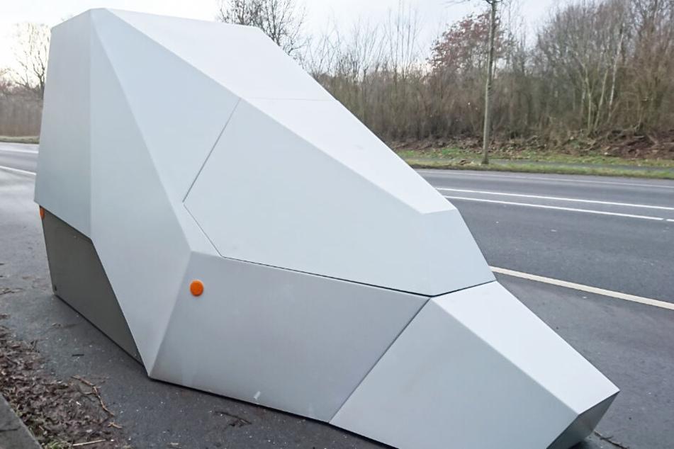 Der mobile Blitzer sieht an der Rückseite aus wie ein Tarnkappen-Bomber.