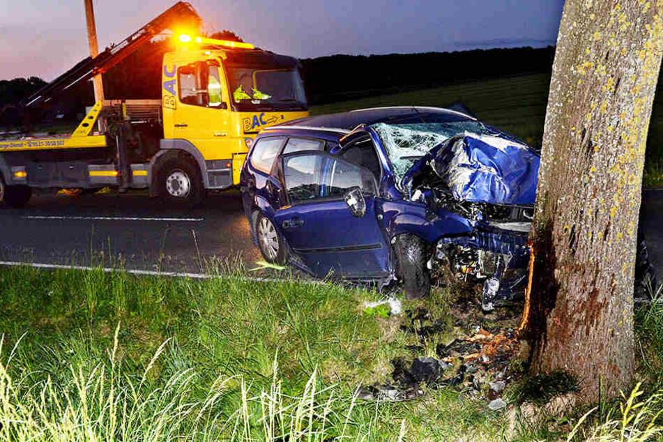Ford zerschellt an Baum: 22-Jähriger schwer verletzt