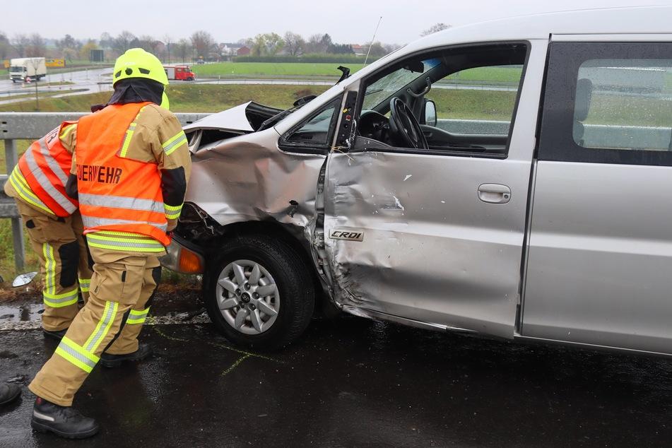Rund 20 Kräfte der Polizei, Feuerwehr und des Rettungsdienstes waren an der Unfallstelle auf der B56 in Gangelt (Kreis Heinsberg) im Einsatz.