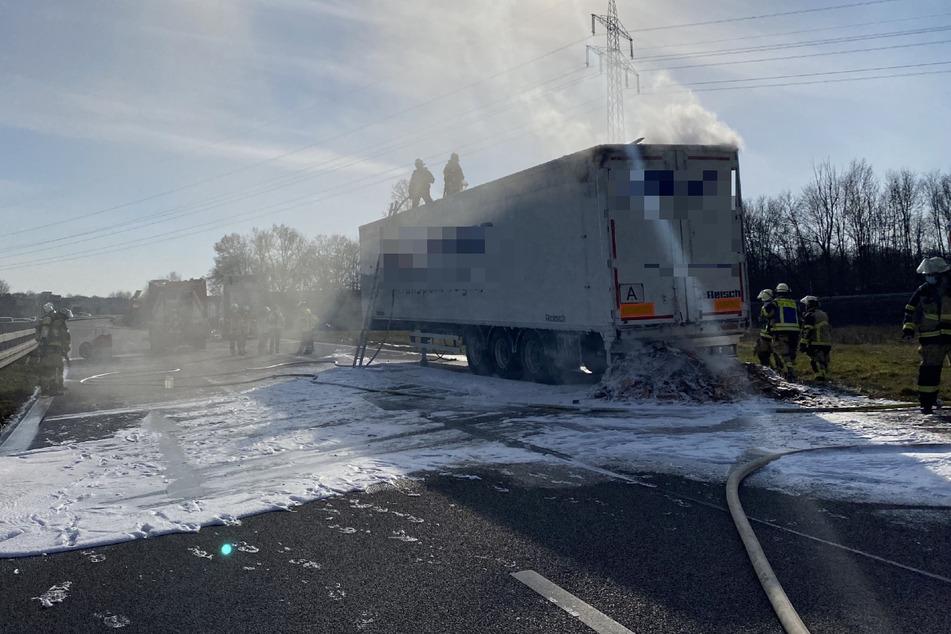 Holzspäne-Sattelzug geht in Flammen auf: B313 voll gesperrt