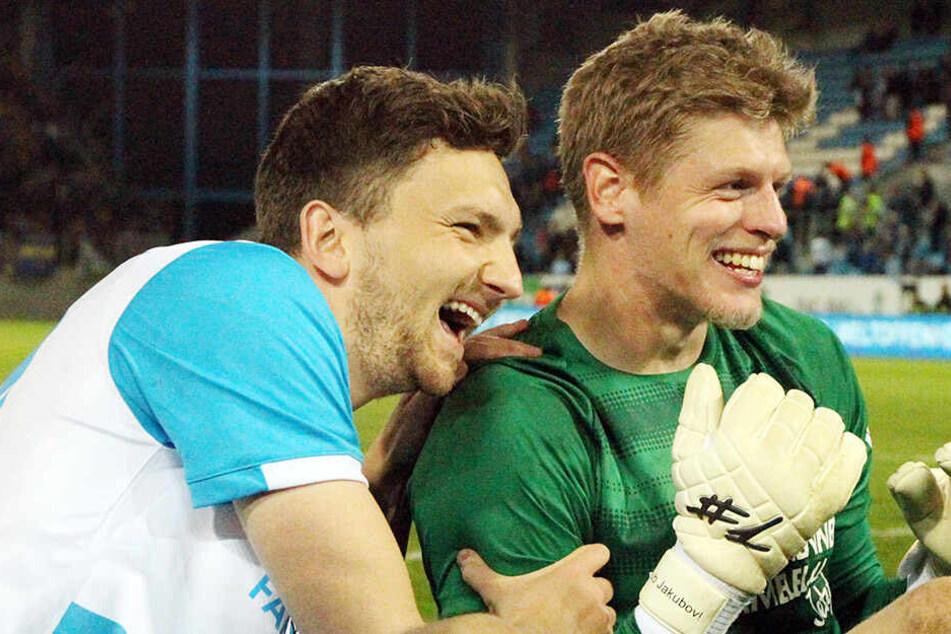 Die Pokalhelden Matti Langer (l.) und Jakub Jakubov freuen sich jetzt aufs Finale gegen Zwickau.