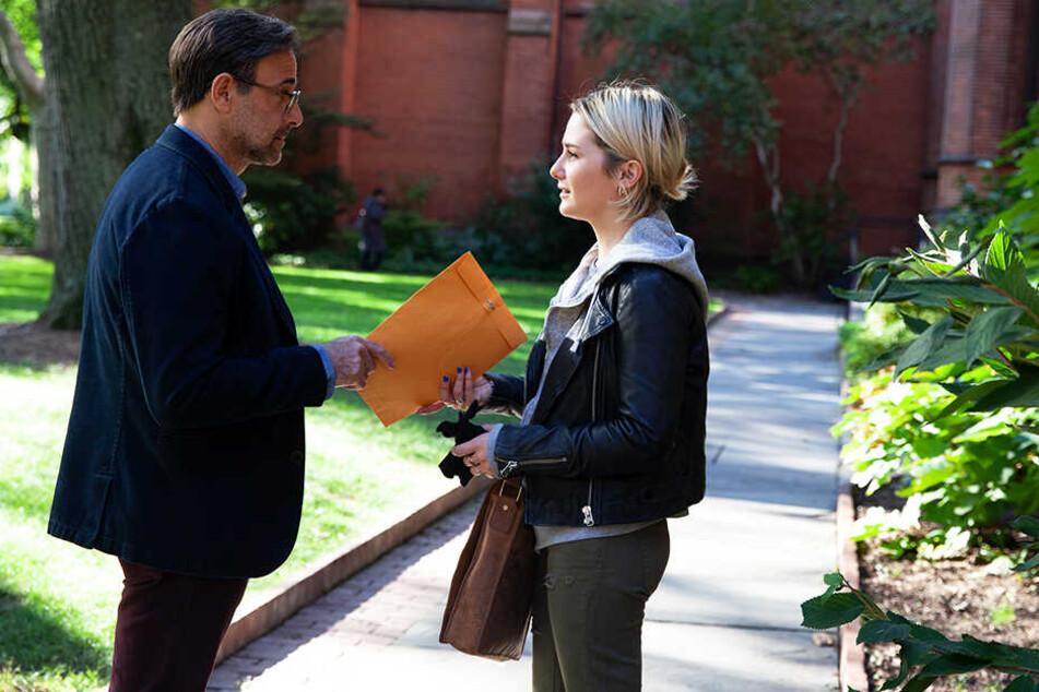 Angela Argo (r., Addison Timlin) beflügelt die Fantasie ihres Professors Ted Swenson (Stanley Tucci) mit erotischen Texten.