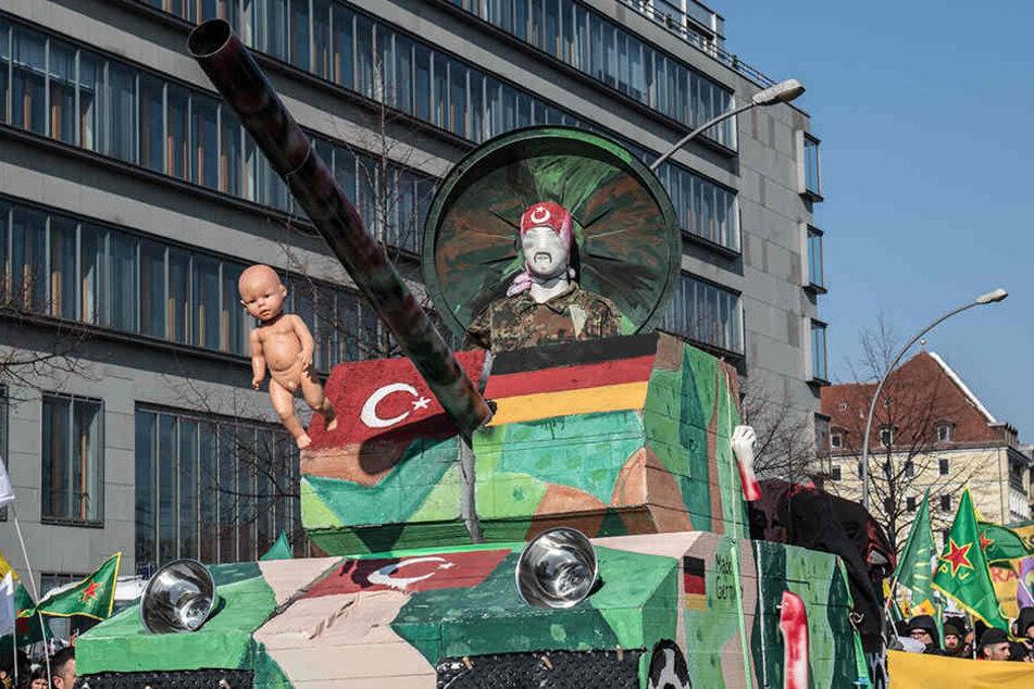 Das Model eines Panzers rollt bei der Demo mit durch Berlin.