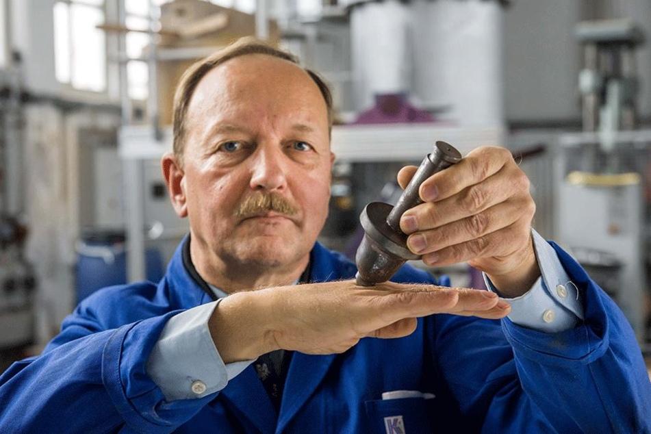 Rohstoffabbau ohne Sprengstoff: Prof. Dr. Carsten Drebenstedt von der Bergakademie Freiberg mit einem Meißel am Versuchsstand.